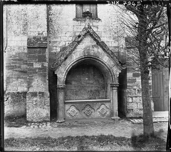 Eglise : enfeu dans la façade latérale nord dit tombeau de la Reine Blanche