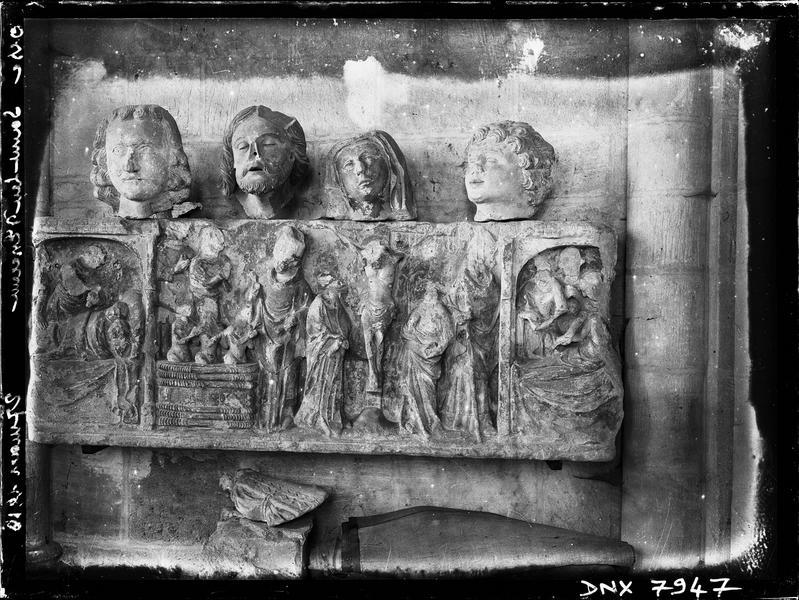 Intérieur : retable en calcaire sculpté illustrant des scènes de la vie de saint Nicolas et de la Passion du Christ