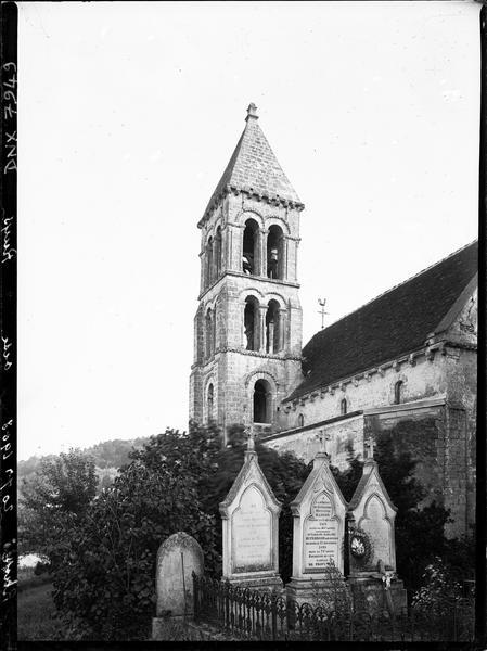 Clocher, partie de la façade nord, cimetière au premier plan