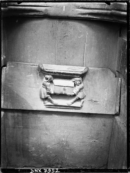 Miséricorde de stalle : deux hommes emportant un coffre-fort