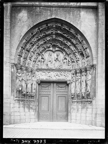 Portail central de la façade ouest
