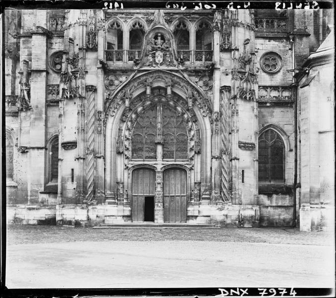 Croisillon sud : façade, partie inférieure et portail