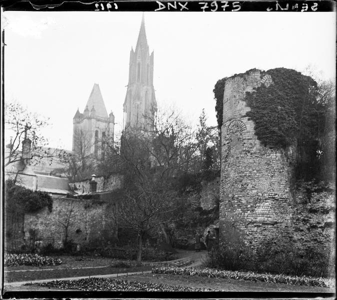 Clochers de la cathédrale en arrière-plan de la tour d'enceinte