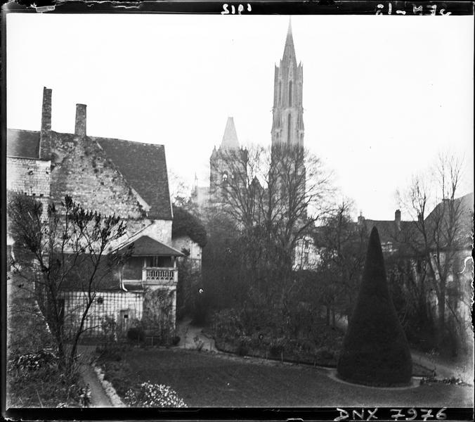 Clochers en arrière-plan de la cour du château