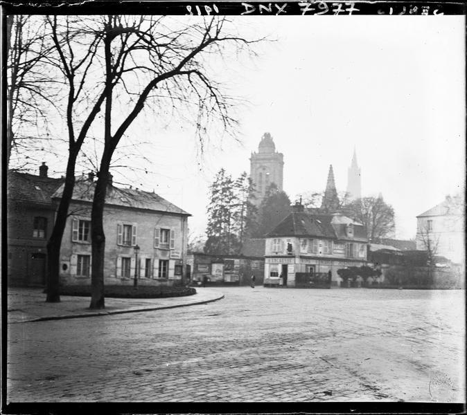 Clochers de l'église et flèche de la cathédrale vus de la ville