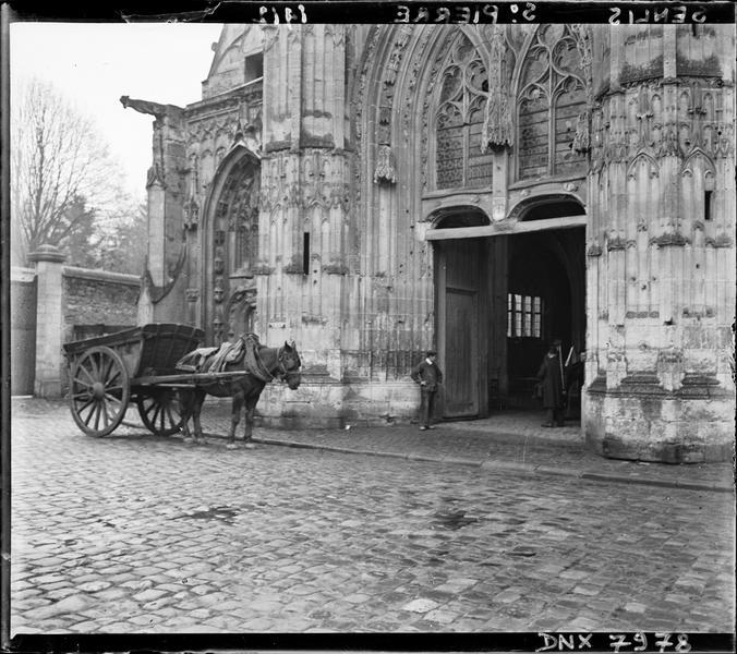 Portail central de la façade ouest, charrette tirée par un cheval