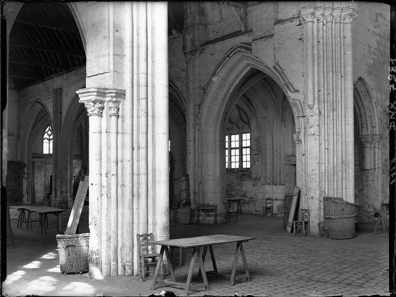 Intérieur : nef vue vers le nord-ouest depuis les piliers de la croisée du transept, et traces de l'installation du marché