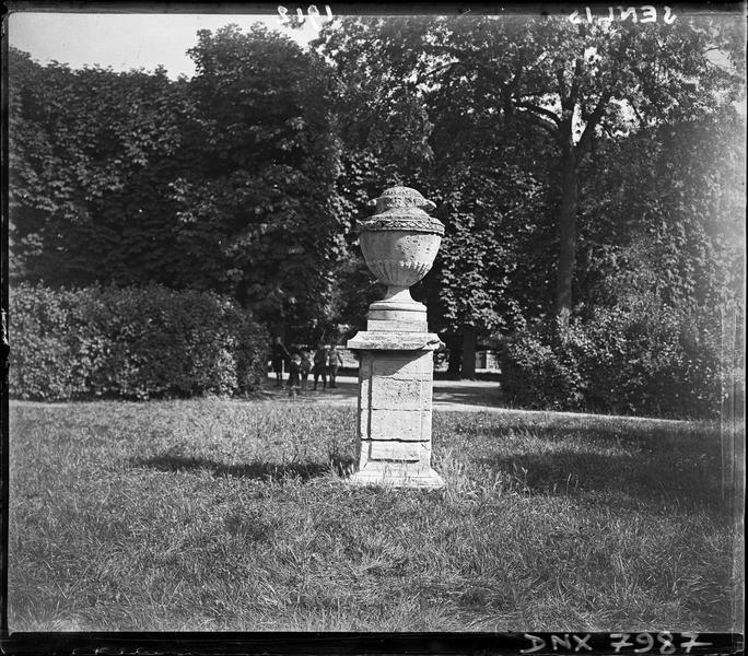 Vase décoratif sur un piédestal