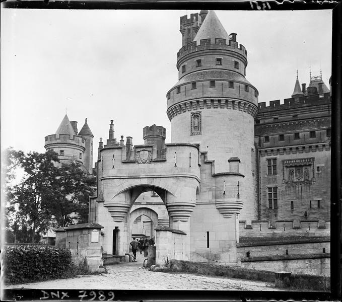 Porte fortifiée et tour Jules-César