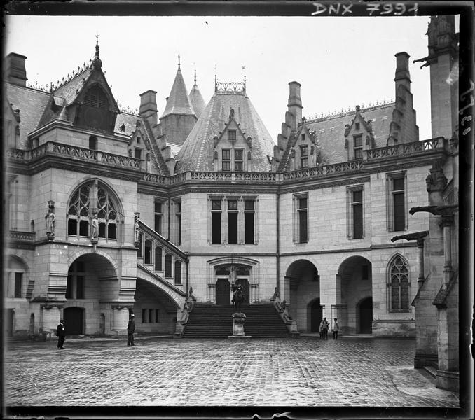 Cour d'honneur et statue équestre