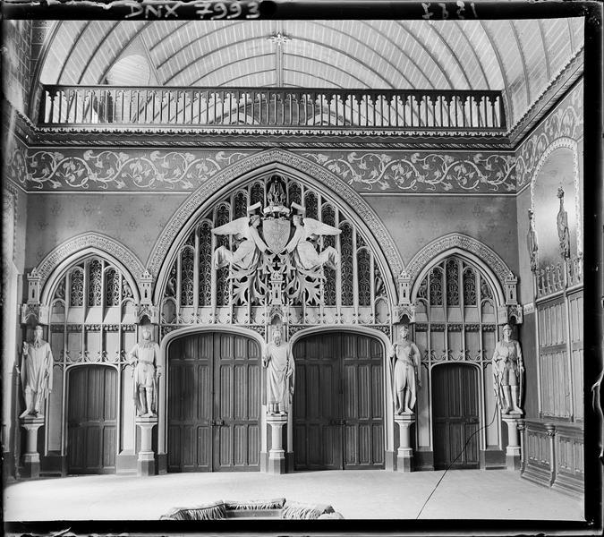 Intérieur, salle des Preux : porte décorée des statues de Preux
