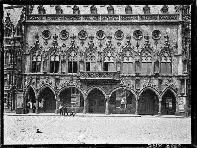 Façade sur la Petite Place : galerie du rez-de-chaussée et premier étage