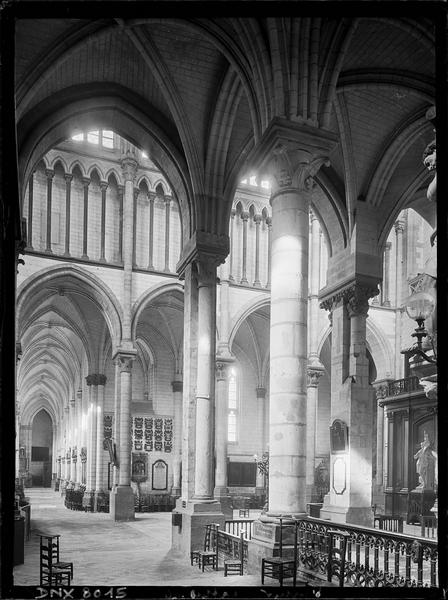 Intérieur : transept et vue partielle de la nef