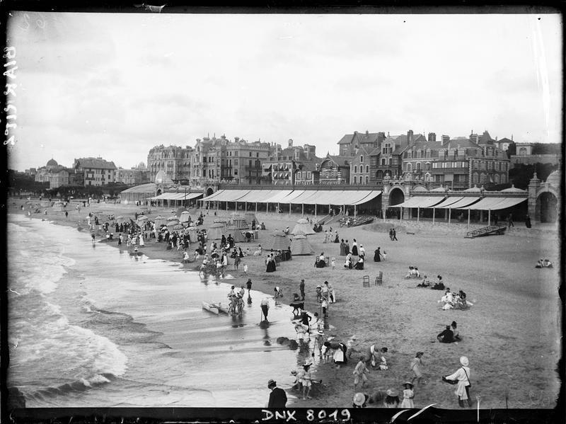 La plage animée de vacanciers, et le front de mer