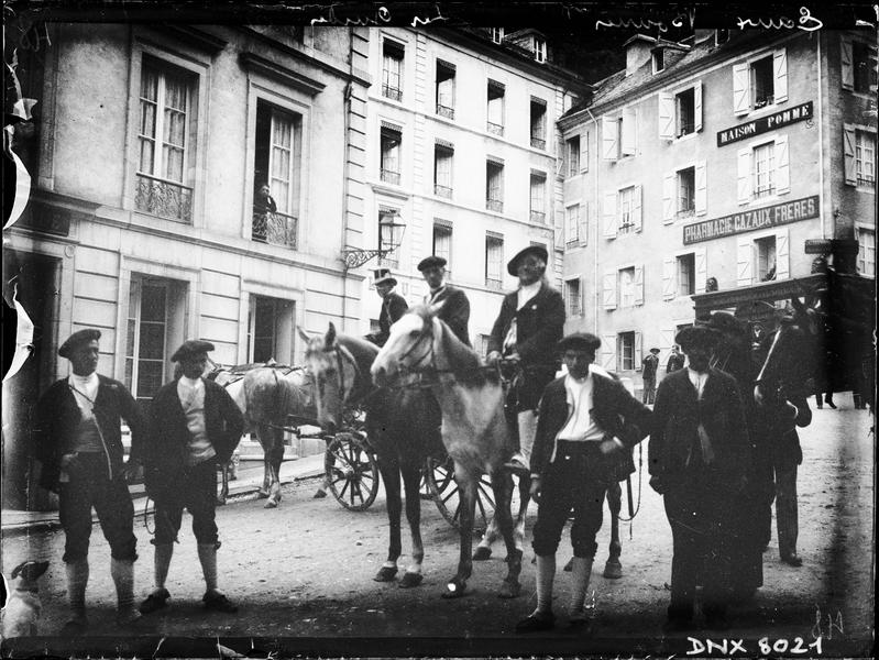 Guides de montagne à pied et à cheval dans les rues de la ville