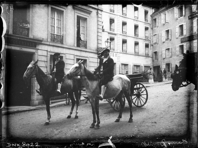 Guides de montagne à cheval dans les rues de la ville