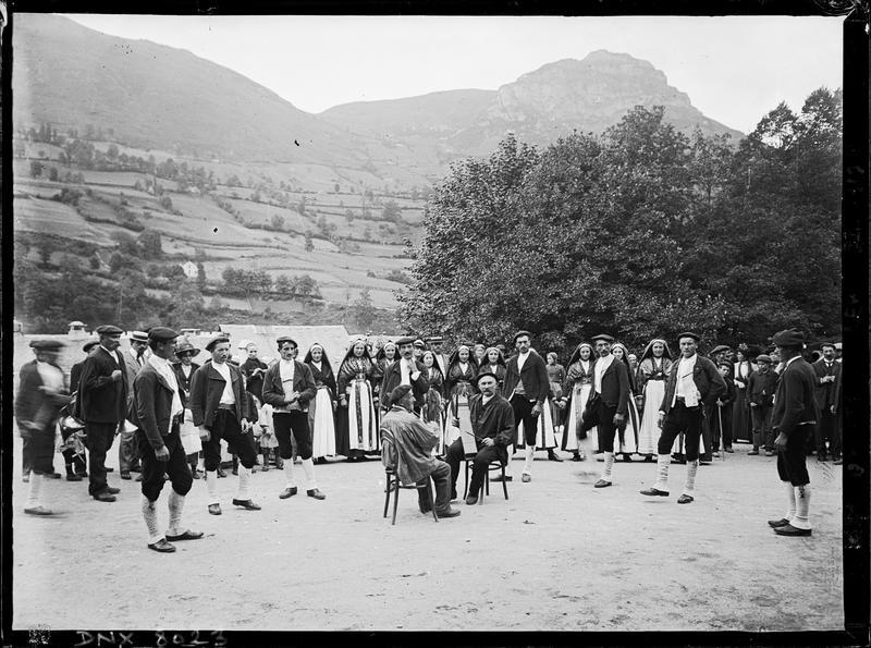 Musiciens et danseurs en costume traditionnel