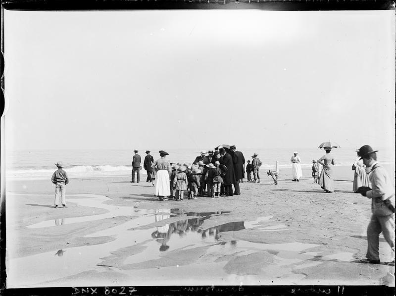 Enfants du sanatorium en promenade sur la plage