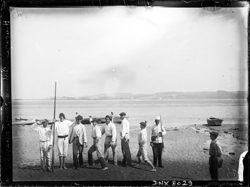 Portrait de groupe : bateliers assurant les trajets vers Fontarabie