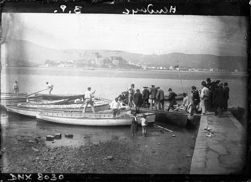 Embarcadère pour Fontarabie : passagers montant dans les barques des passeurs