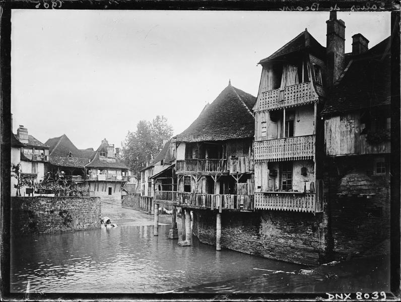 Vieilles maisons à pilotis surplombant le Saleys