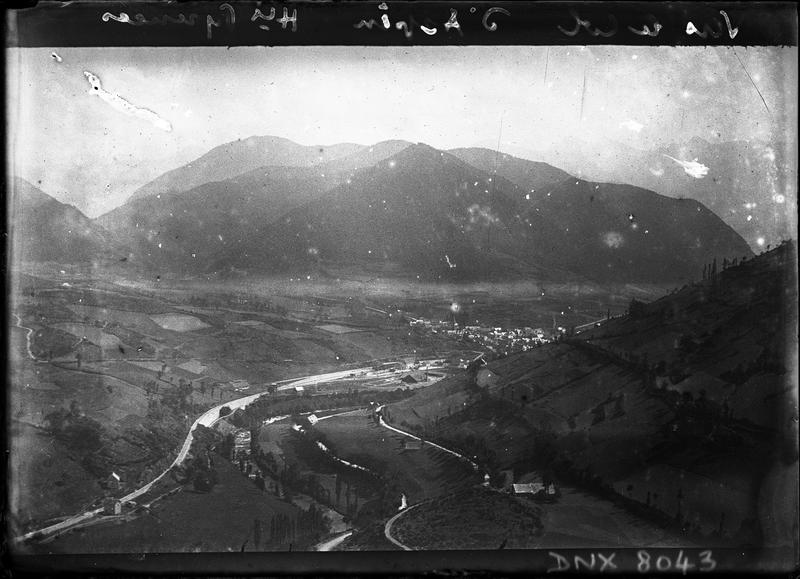 Paysage de montagne : vue générale du village d'Arreau prise du col d'Aspin