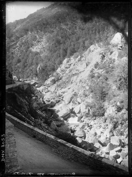 Paysage de montagne : vallée encaissée en contrebas de la route