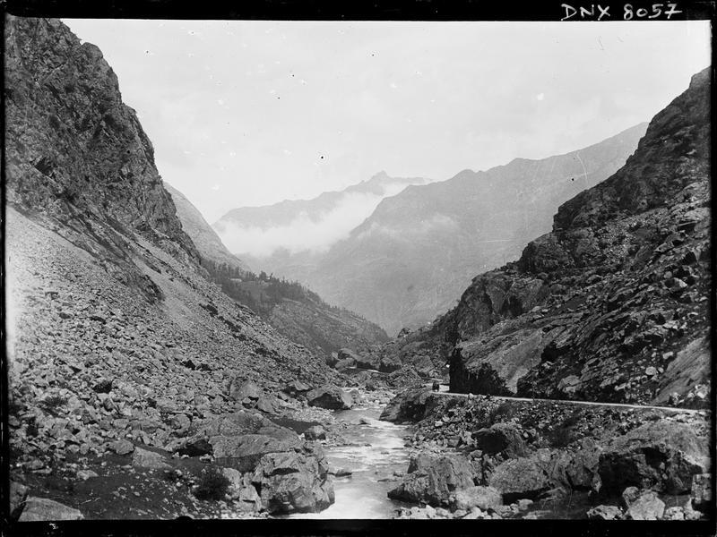 Paysage de montagne : gave serpentant entre les rochers, vers Gavarnie