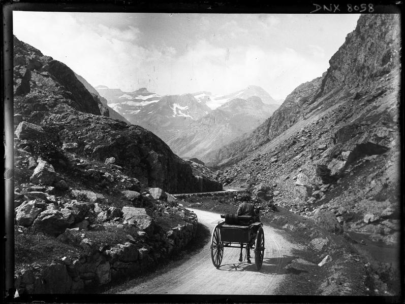 Paysage de montagne : route et carriole tirée par un cheval