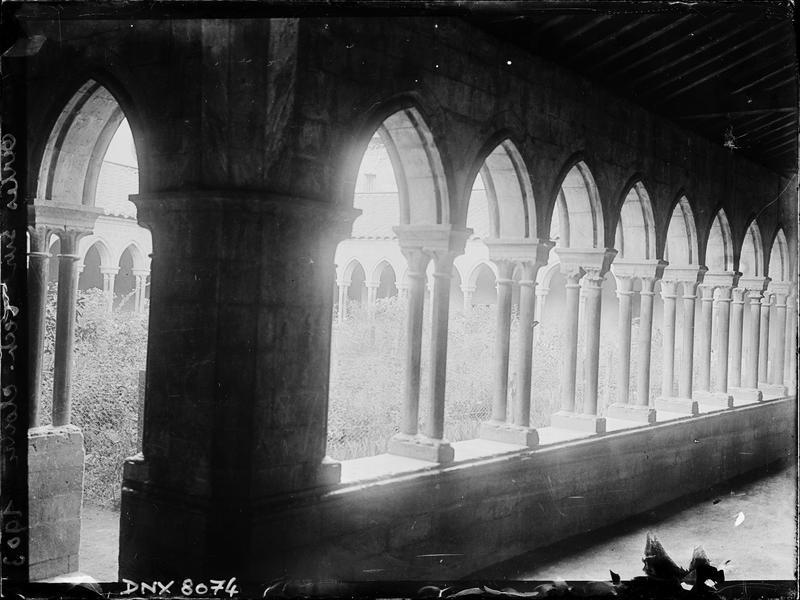 Cloître : angle de deux galeries, vue sur le jardin central