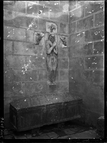 Monument funéraire de Guillaume Gaucelin : sarcophage et statue en forme de croix latine