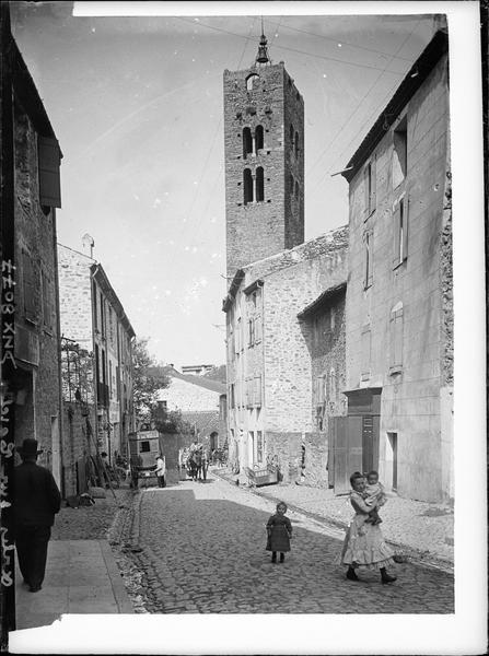 Partie supérieure de la tour, rue pavée au premier plan