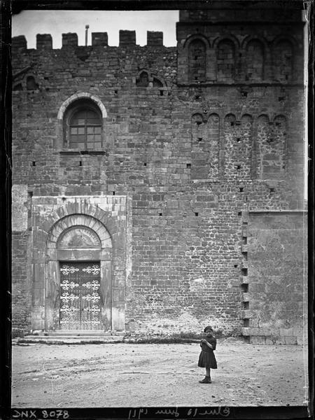 Façade ouest, détail : portail et soubassement de la tour sud-ouest
