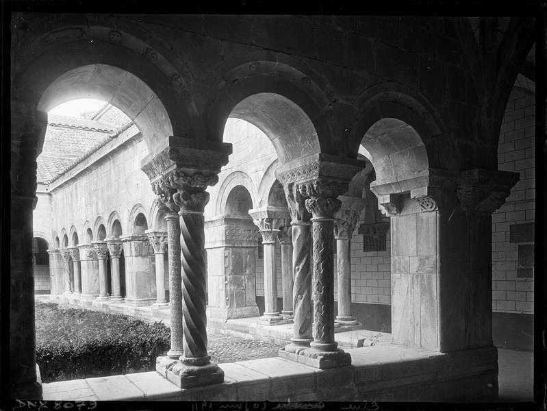 Cloître : colonnettes à l'angle de deux galeries
