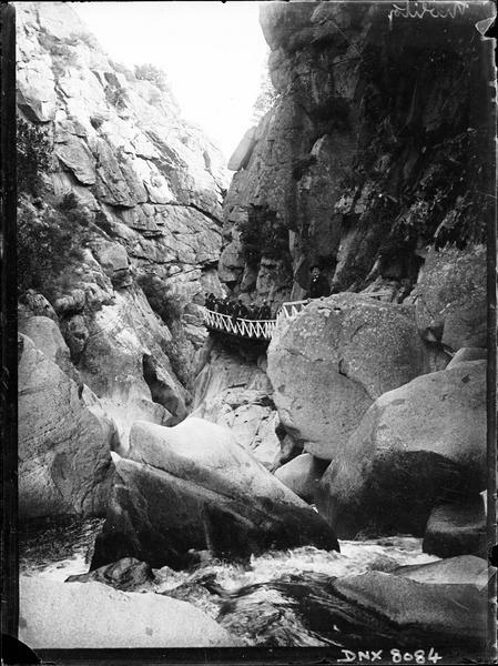 Paysage de montagne : le Saut du Loup, promeneurs accoudés à la rambarde