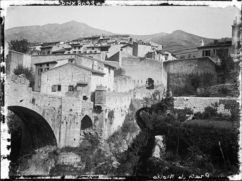 Quartier Haut, détail du pont et des remparts