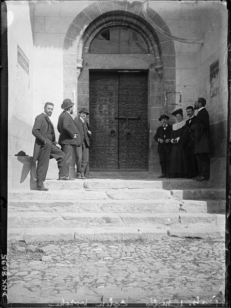Façade ouest, portail : vantaux ornés de pentures