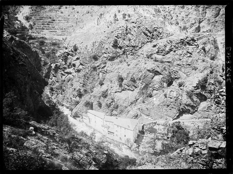 Paysage de montagne : hameau sur la route de Vernet-les-Bains à Mont-Louis, vue plongeante