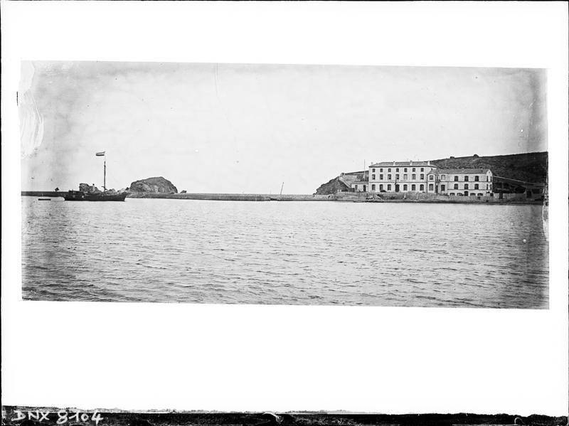 Le laboratoire, la jetée et l'île Grosse vus à distance depuis la baie