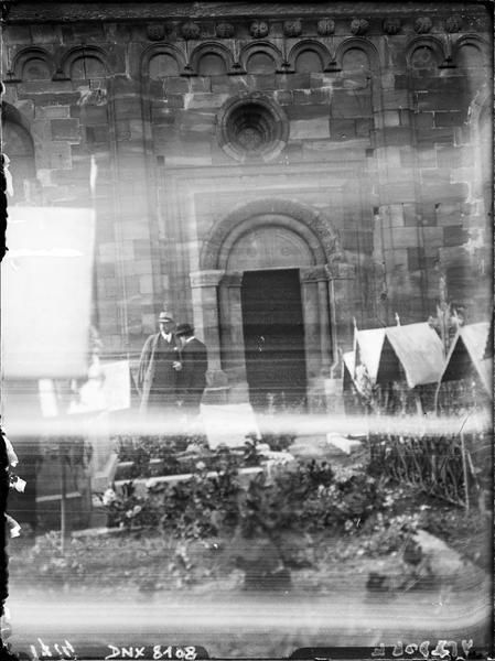 Façade sud : porte en arrière-plan du cimetière