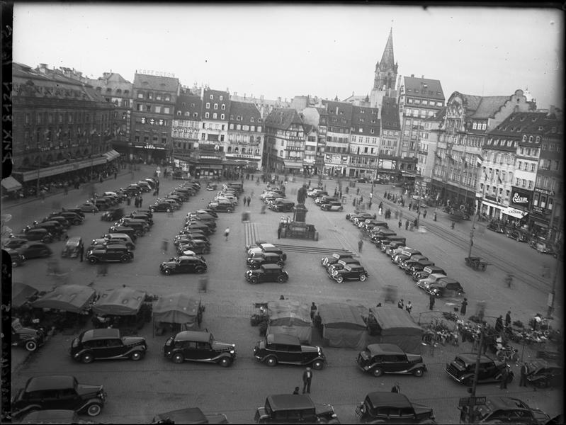 La Place Kléber, vue d'ensemble : exposition d'automobiles