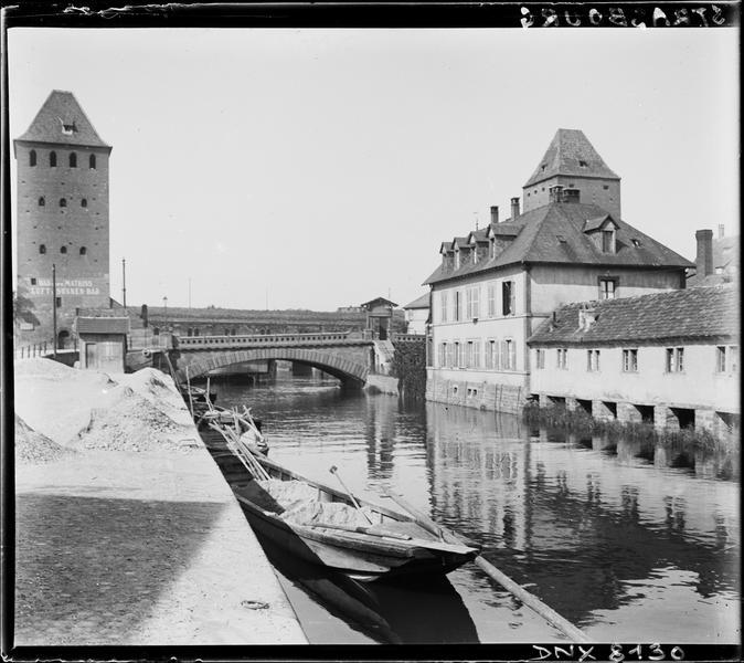 Deux tours, en arrière-plan des quais de l'Ill