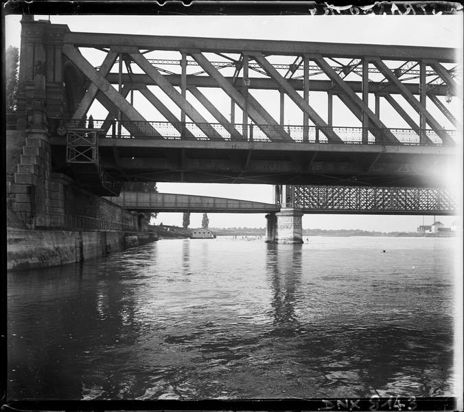 Vue rapprochée d'une travée, pont de Kehl en arrière-plan