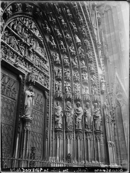 Façade ouest : portail central, statues de l'ébrasement droit