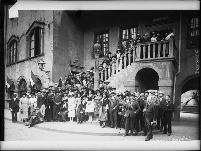Congrès de 1920, portrait collectif : congressistes et femmes en costume traditionnel alsacien devant la façade