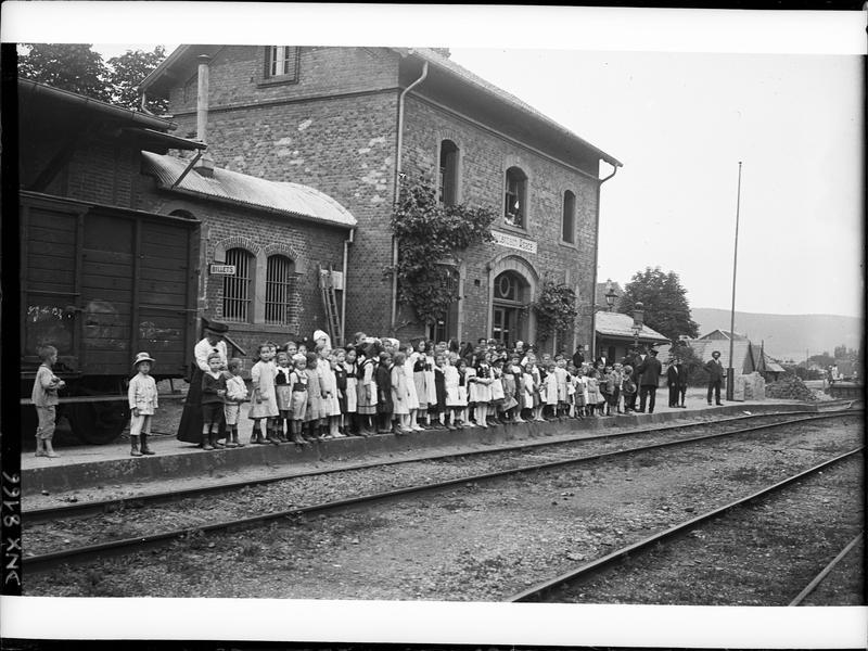 Groupe d'enfants attendant le train