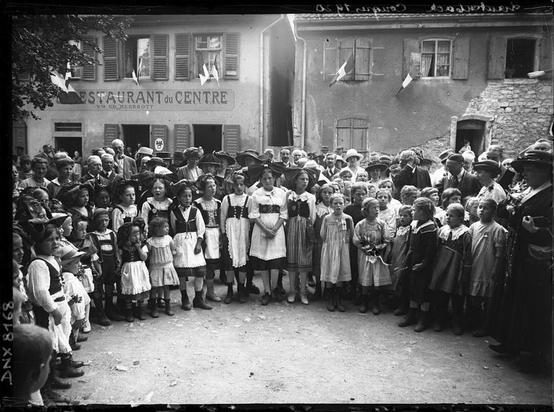 Congrès de 1920, portrait collectif : congressistes et femmes en costume traditionnel alsacien devant le « Café restaurant du Centre »