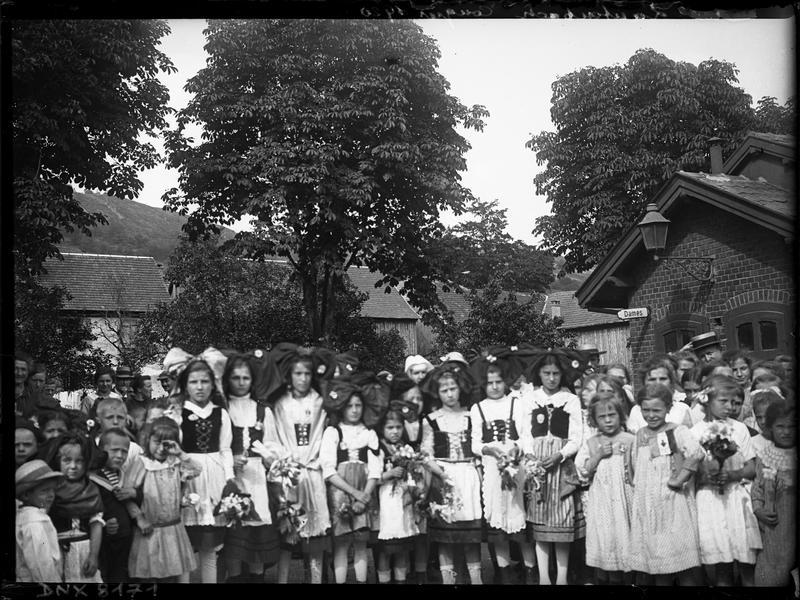 Congrès de 1920, portrait collectif : congressistes et femmes en costume traditionnel alsacien