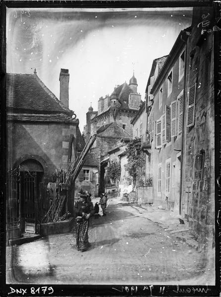 Toiture et clochetons en arrière-plan d'une rue