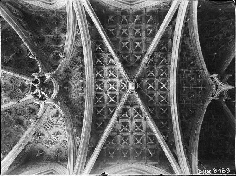 Intérieur, chapelle d'axe : voûtes à caissons et clefs pendantes